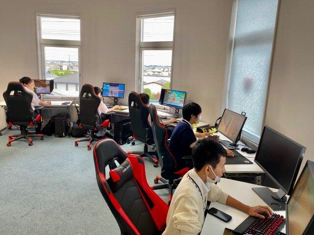 部室に集まって部活動に励む千葉学芸高等学校コンピュータ部のeスポーツ班